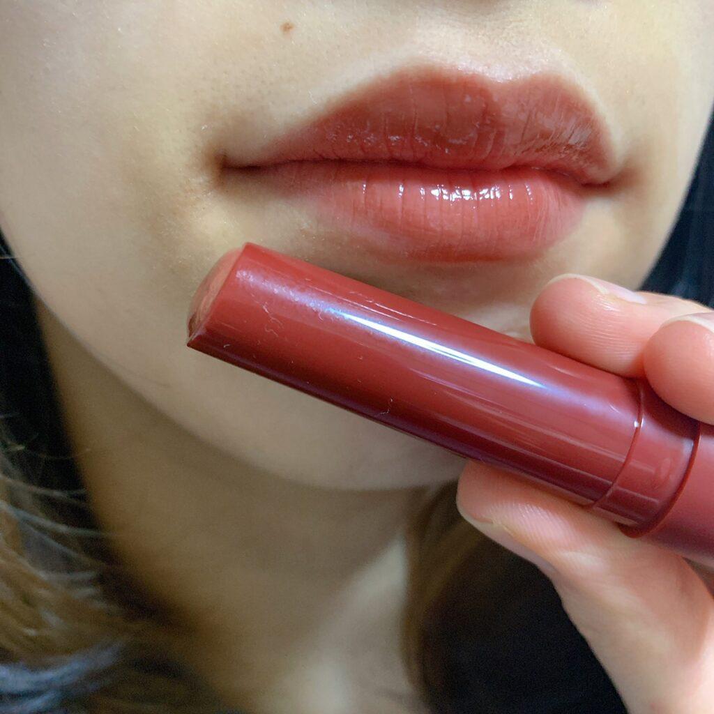 インフルエンサーがB IDOL つやぷるリップを唇に塗った写真