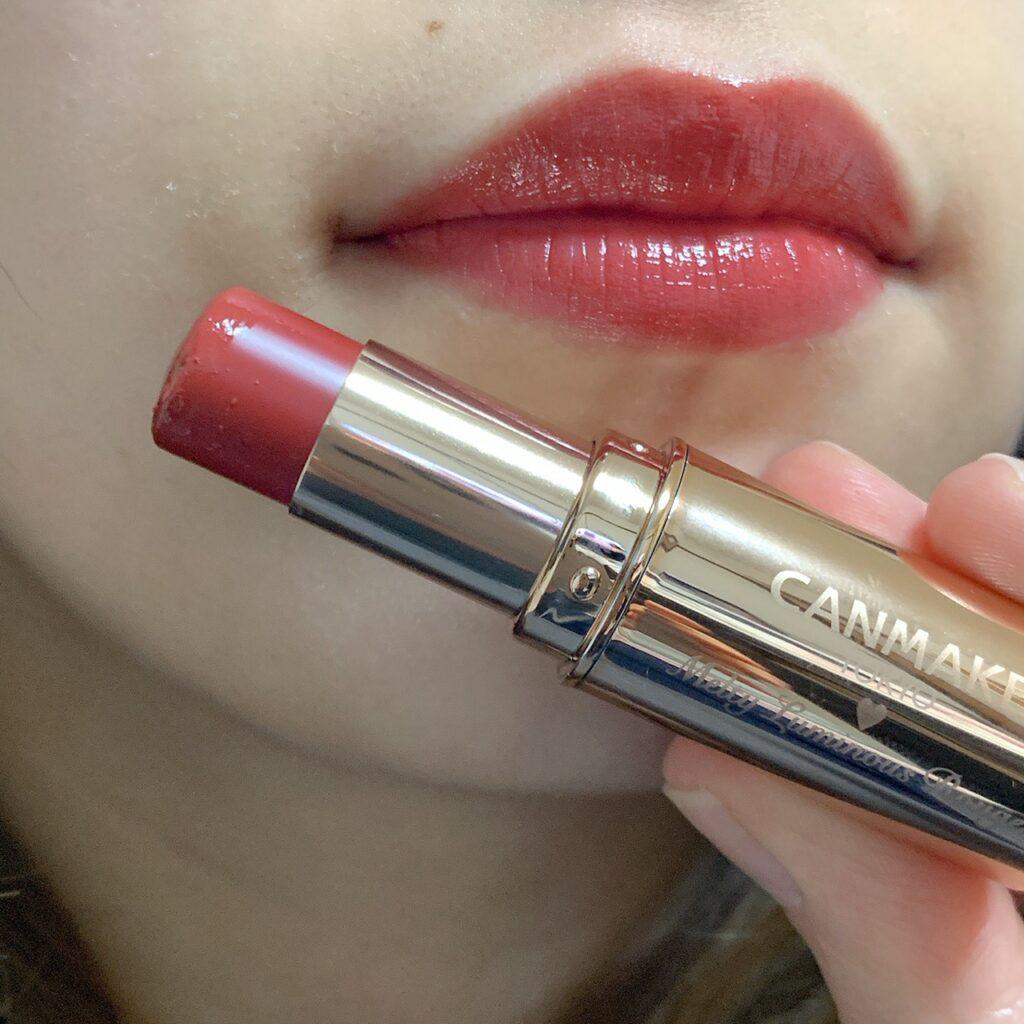 インフルエンサーがキャンメイク メルティールミナスルージュを唇に塗った写真
