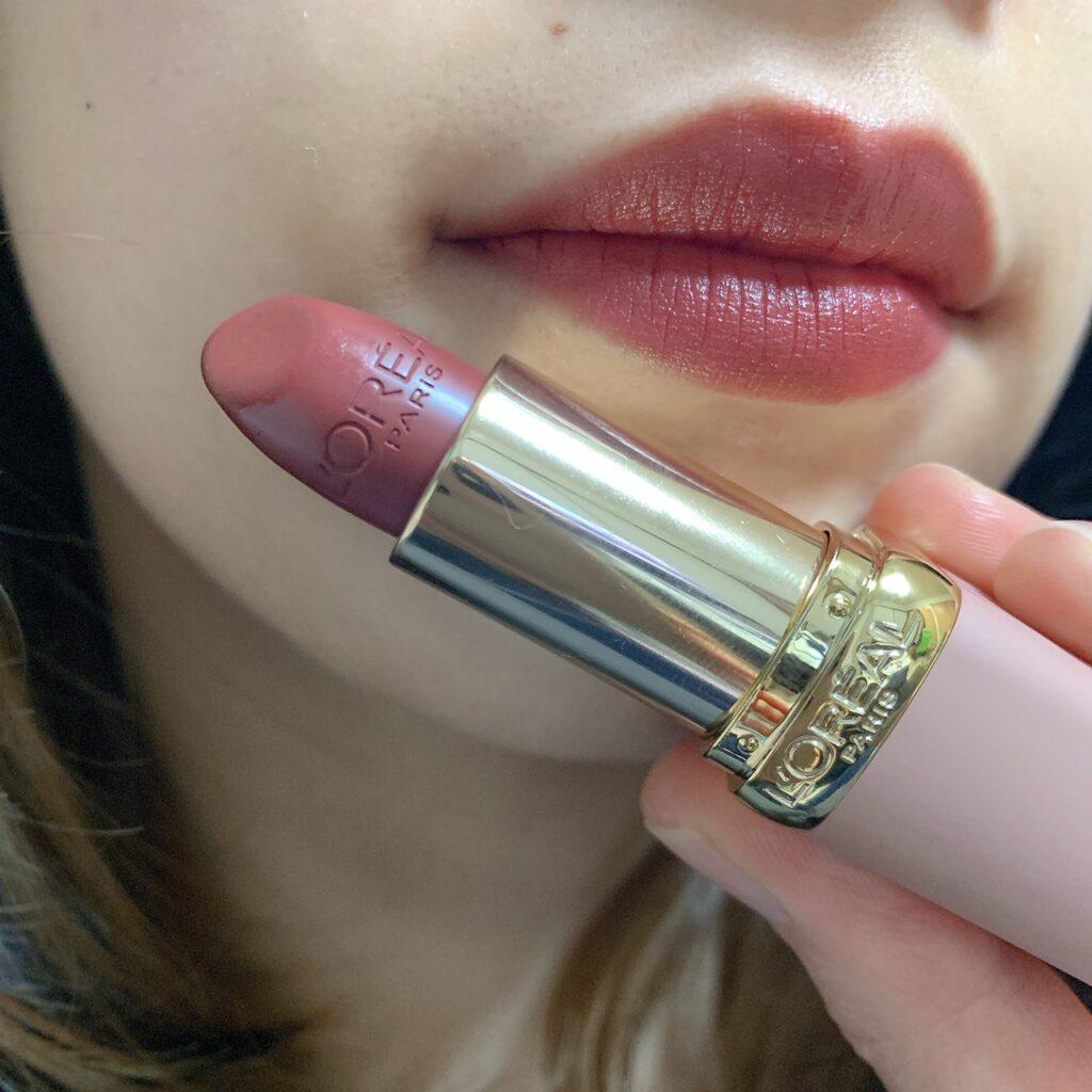 インフルエンサーがロレアルパリ カラーリッシュ Mマット N フリーザヌード コレクションを唇に塗った写真