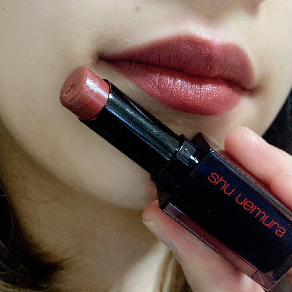 インフルエンサーがシュウウエムラ ルージュ アンリミテッド アンプリファイドを唇に塗った写真