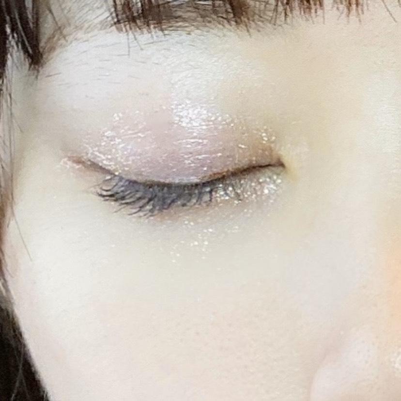 インフルエンサーがペリペラ シュガー トゥインクル リキッド シャドウを使用し、目を閉じた写真