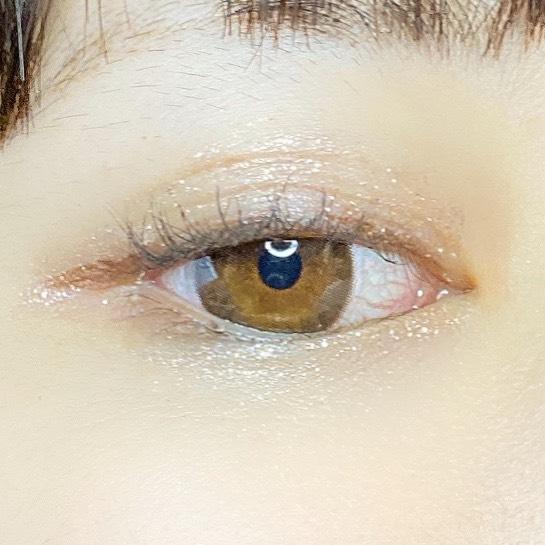 インフルエンサーがペリペラ シュガー トゥインクル リキッド シャドウを使用し、目を開いた写真