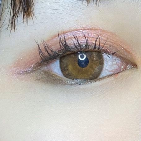 インフルエンサーがグロウ タッチ アイズを使用し、目を開いた写真
