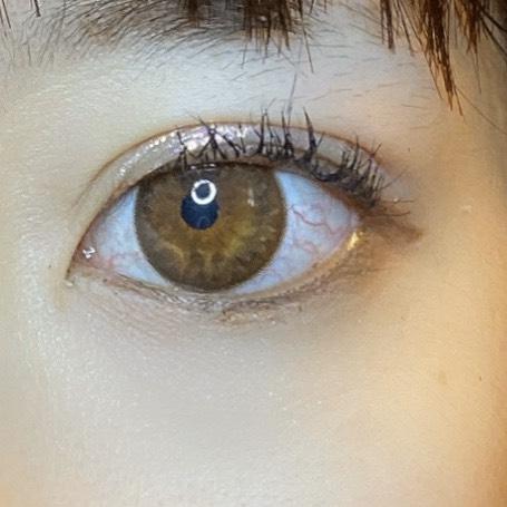 インフルエンサーが3CE EYE SWITCHを使用し、目を開いた写真