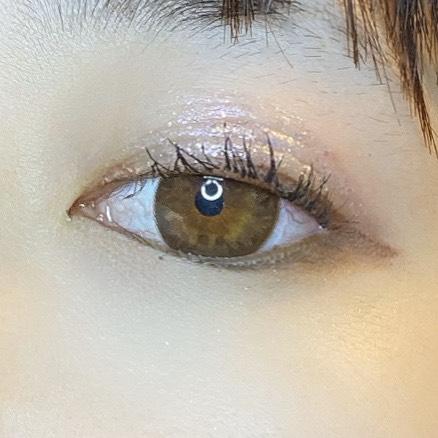 インフルエンサーが3CE EYE SWITCHを使用し、目を少し開いた写真
