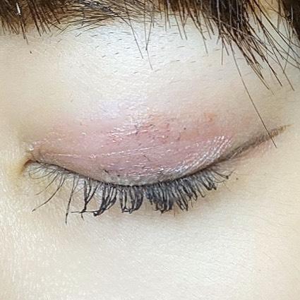 インフルエンサーがエスプリーク グロウ アイヴェール を使用し、目を閉じた写真