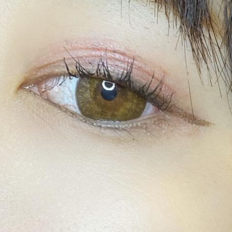 インフルエンサーがエスプリーク グロウ アイヴェール を使用し、目を開いた写真