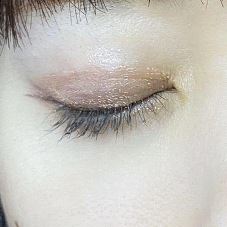 インフルエンサーがフジコシェイクシャドウ(03フレンチピンク)を使用し、目を閉じた写真