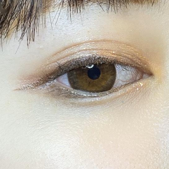 インフルエンサーがフジコシェイクシャドウ(03フレンチピンク)を使用し、目を開いた写真