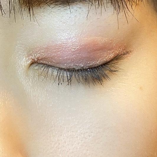 インフルエンサーがダイソー UR GLAM LIQUID EYESHADOWを使用し、目を閉じた写真