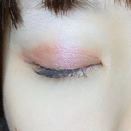 インフルエンサーがグロウ タッチ アイズを使用し、目を閉じた写真