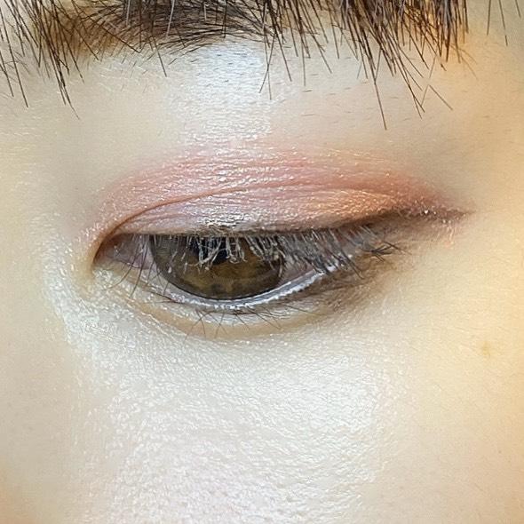 インフルエンサーがダイソー UR GLAM LIQUID EYESHADOWを使用し、目を開いた写真