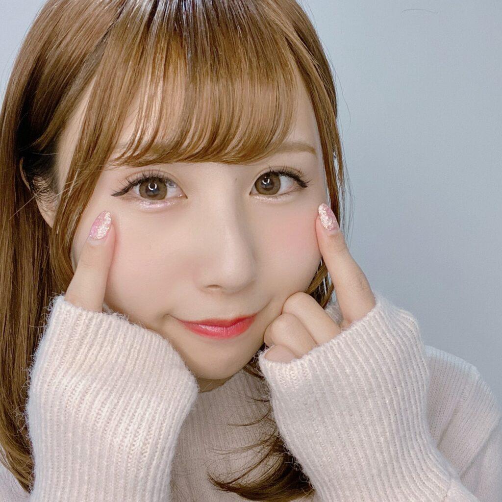 インフルエンサーのSakiさんがリンメル プリズム パウダーアイカラー を使用した際の顔写真