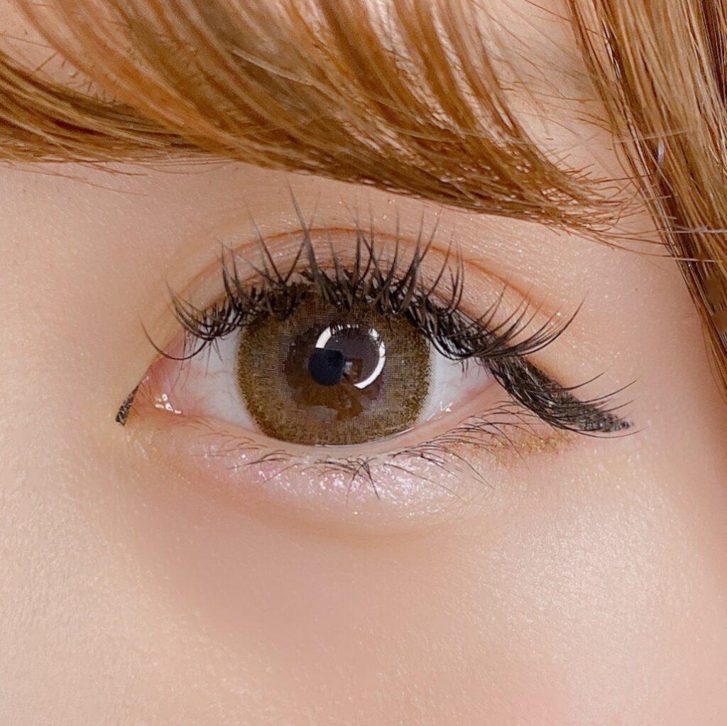 インフルエンサーのSakiさんがリンメル プリズム パウダーアイカラー を使用した際の目元のアップ