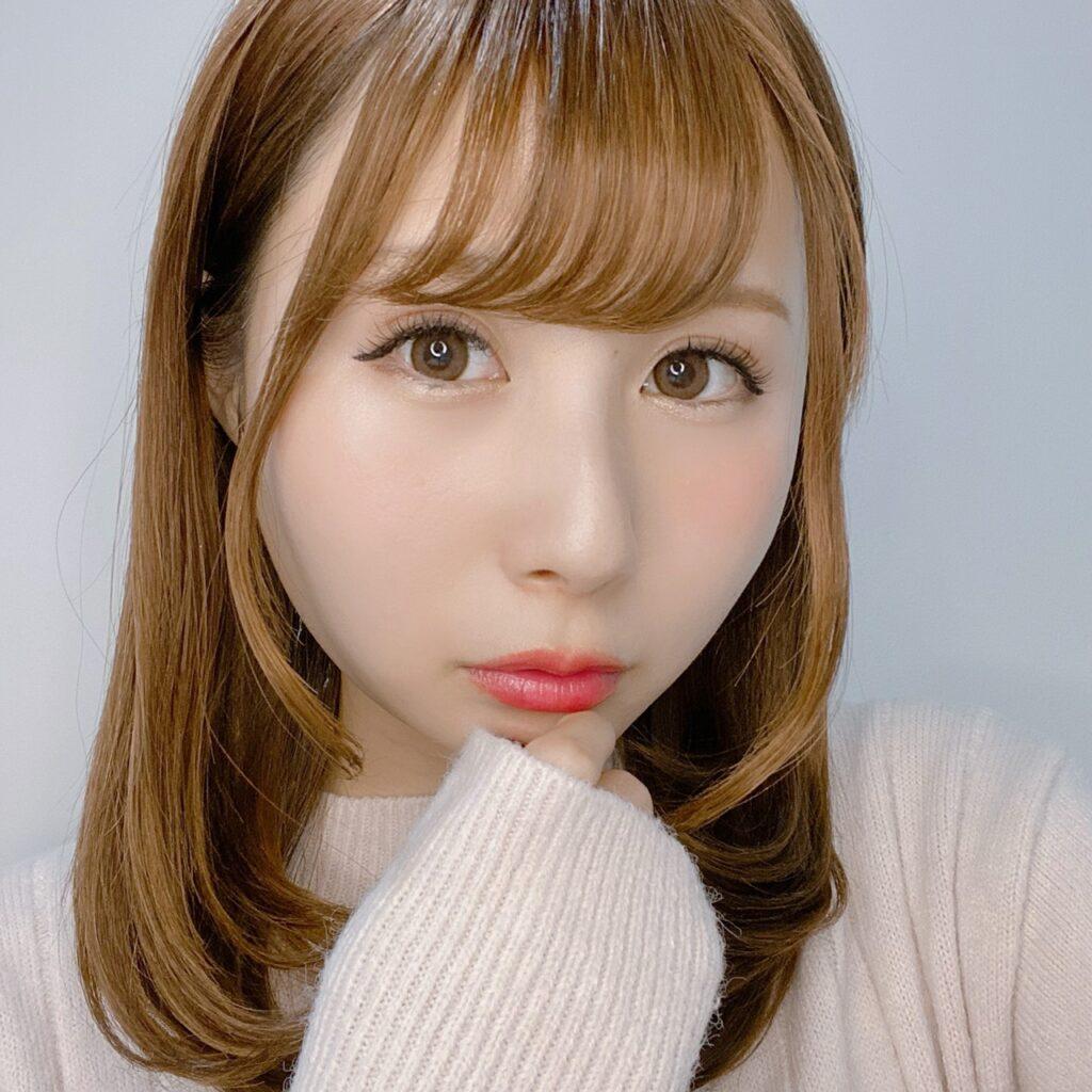インフルエンサーのSakiさんがエスプリーク セレクト アイカラー N を使用した際の顔写真