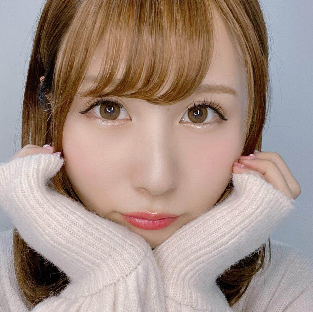 インフルエンサーのSakiさんがクリオ プロシングルシャドウを使用した際の顔写真