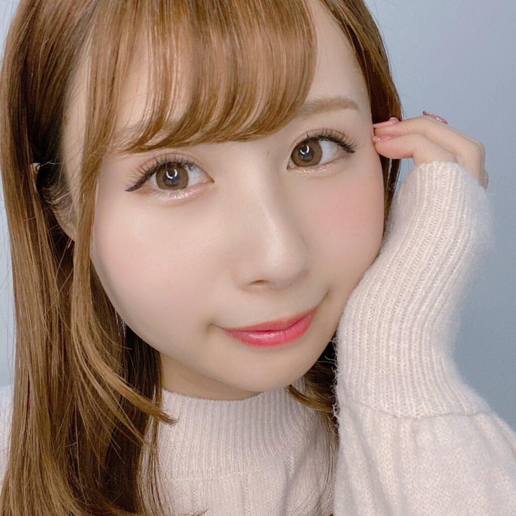 インフルエンサーのSakiさんがキャンメイク ジュエリーシャドウベールを使用した際の顔写真