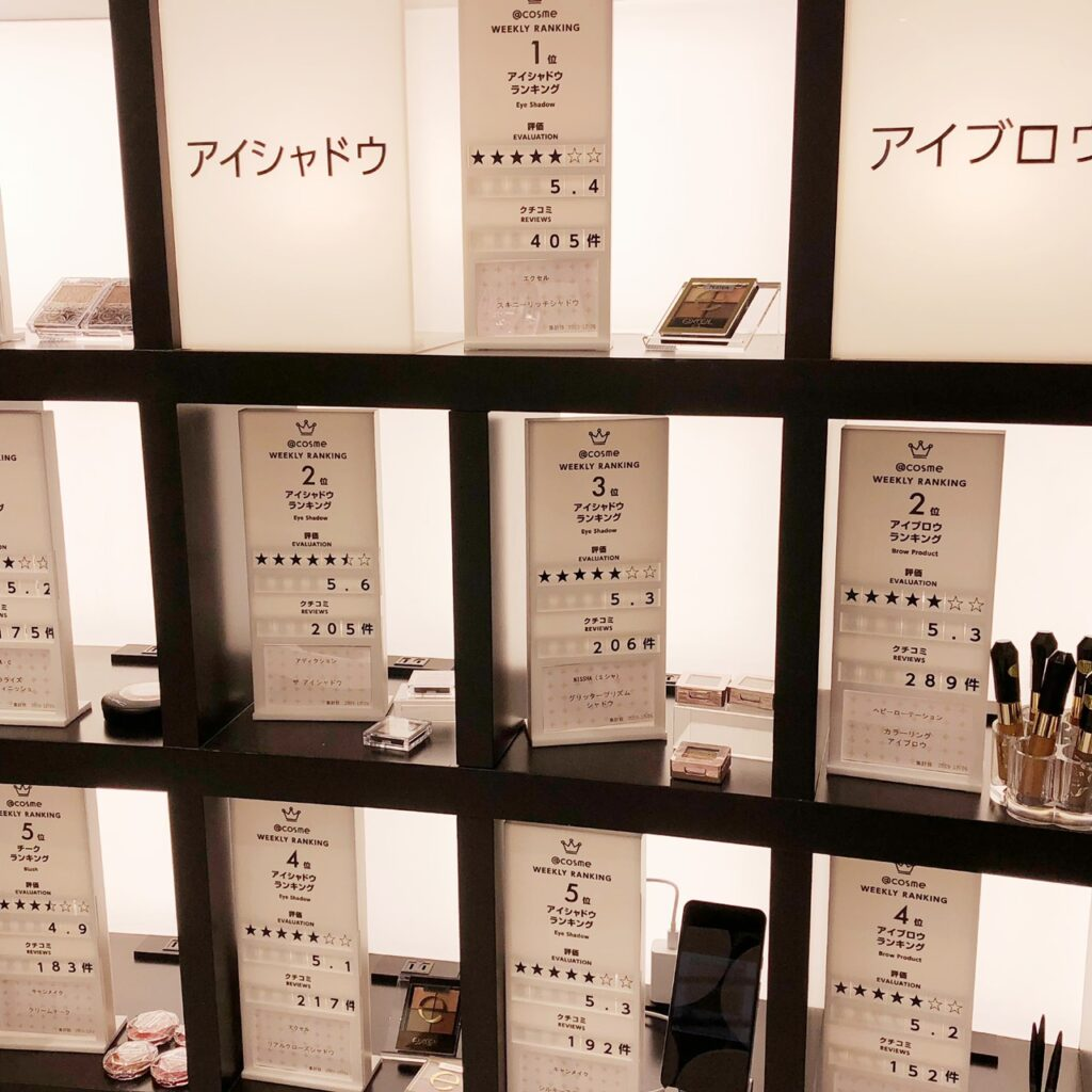@cosme TOKYO内の週間ランキングコーナーのアイシャドウ陳列棚