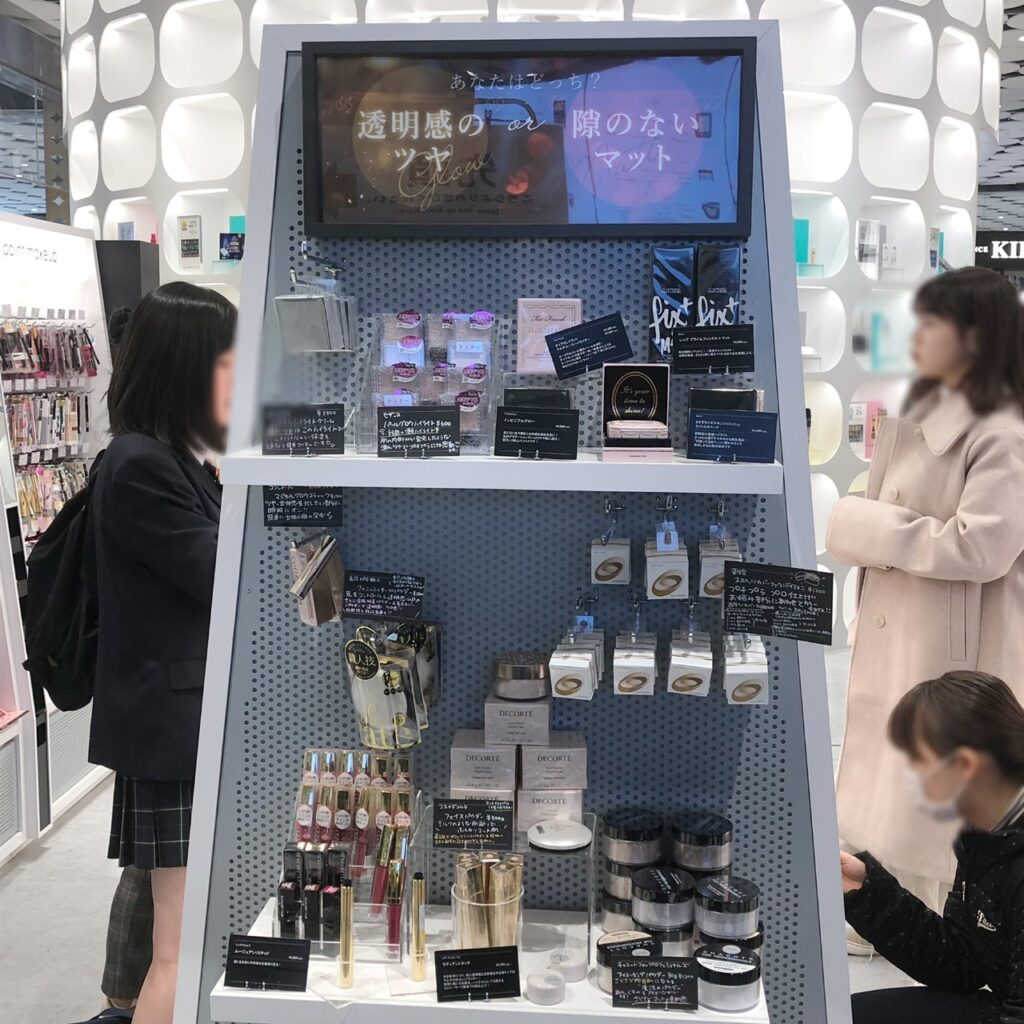 @cosme TOKYO内の「透明感のツヤ」「隙のないマット」をテーマにした商品陳列棚