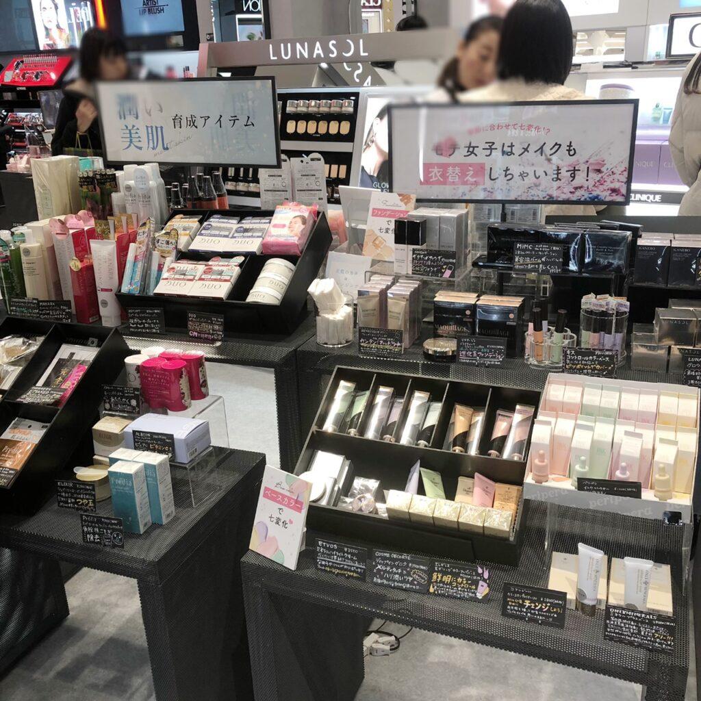 @cosme TOKYO内の潤い美肌アイテム陳列棚