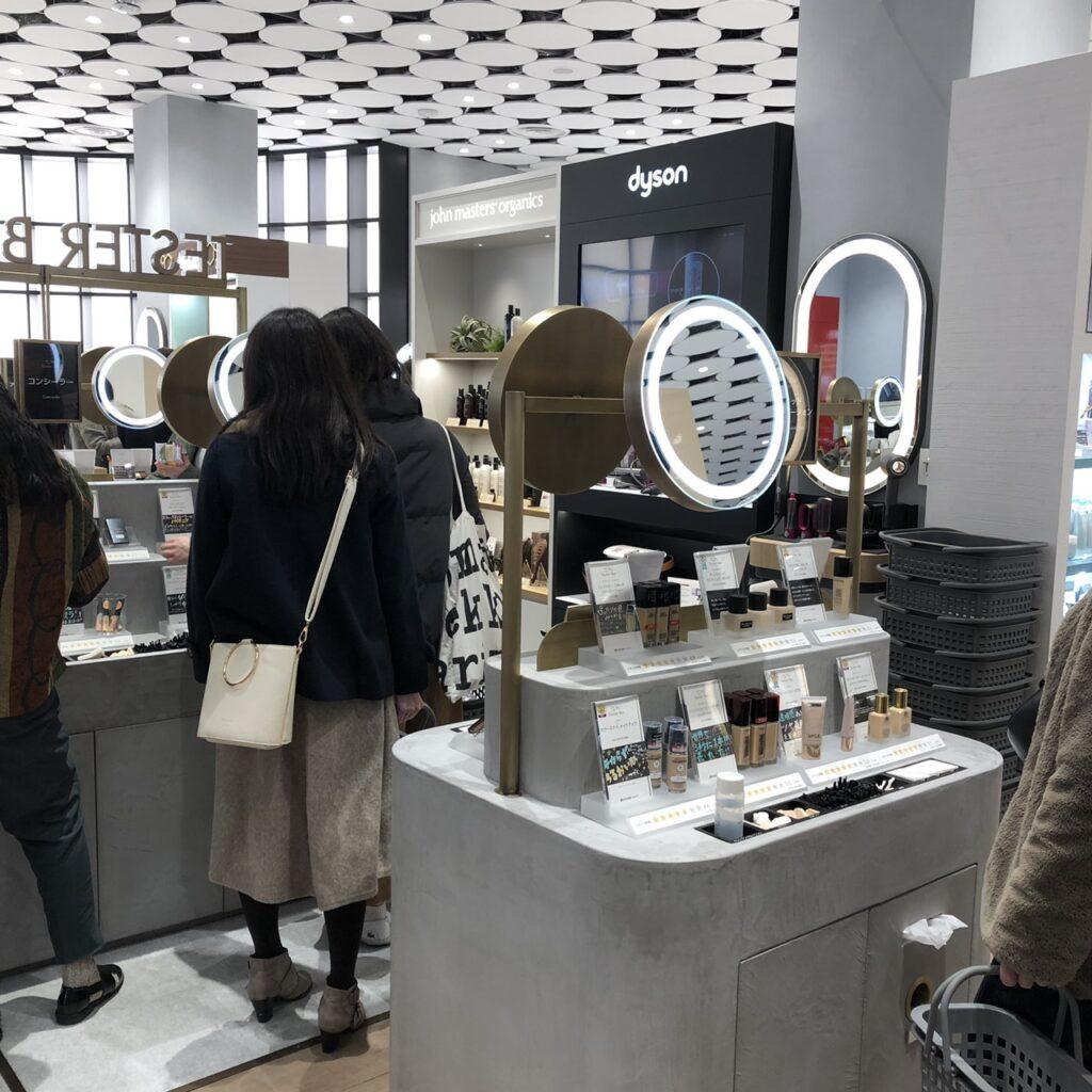 @cosme TOKYO内のテスターコーナーでお試しする人々