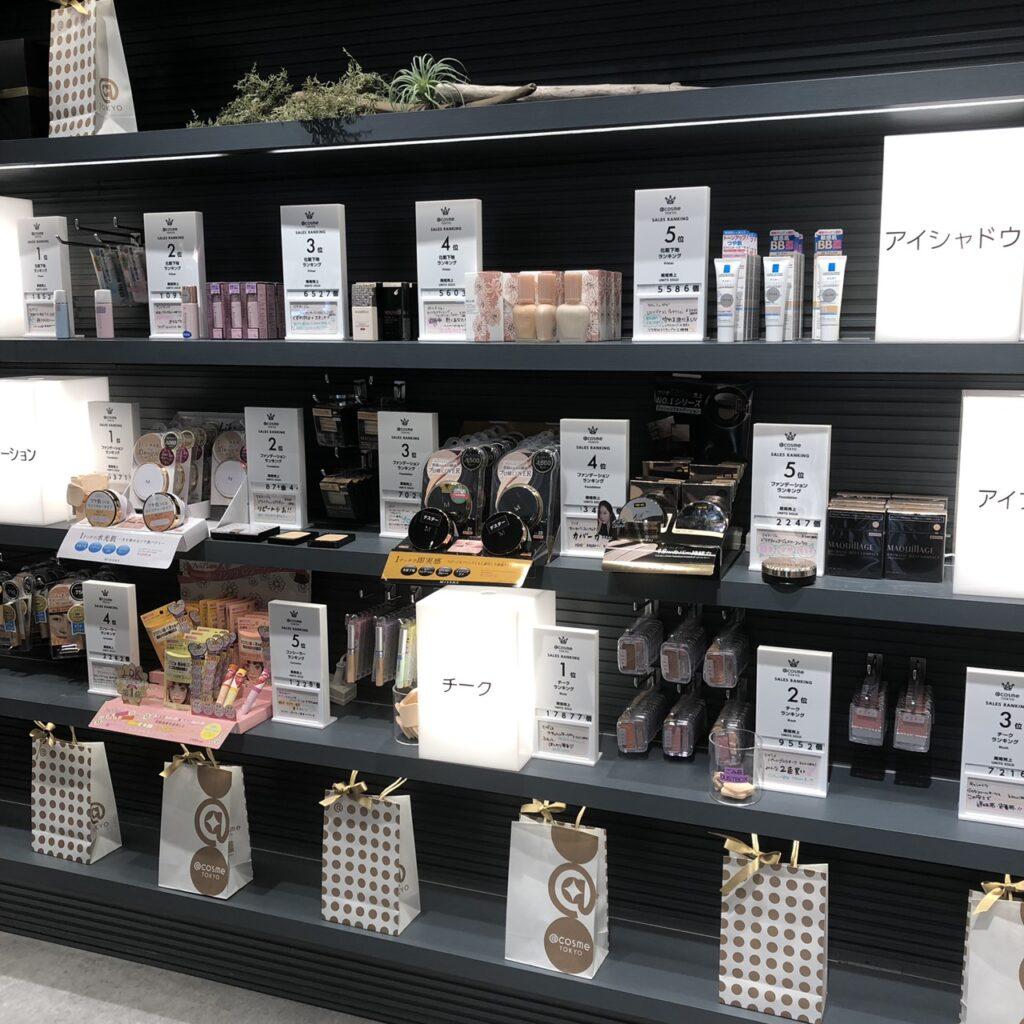 @cosme TOKYO内の店舗売筋商品コーナーの商品棚