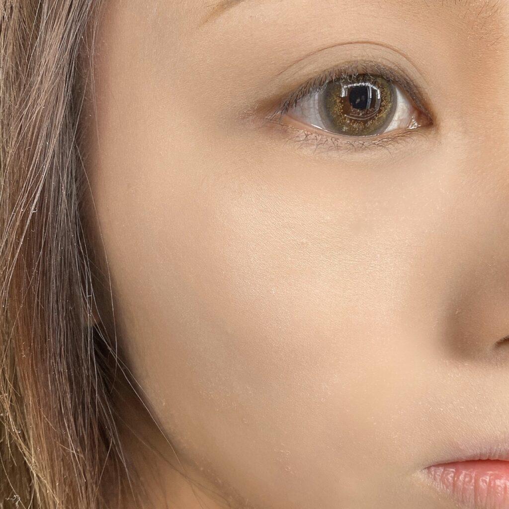 インフルエンサーのLindaさんがキャンメイク グローフルールハイライターを使用した際の顔写真