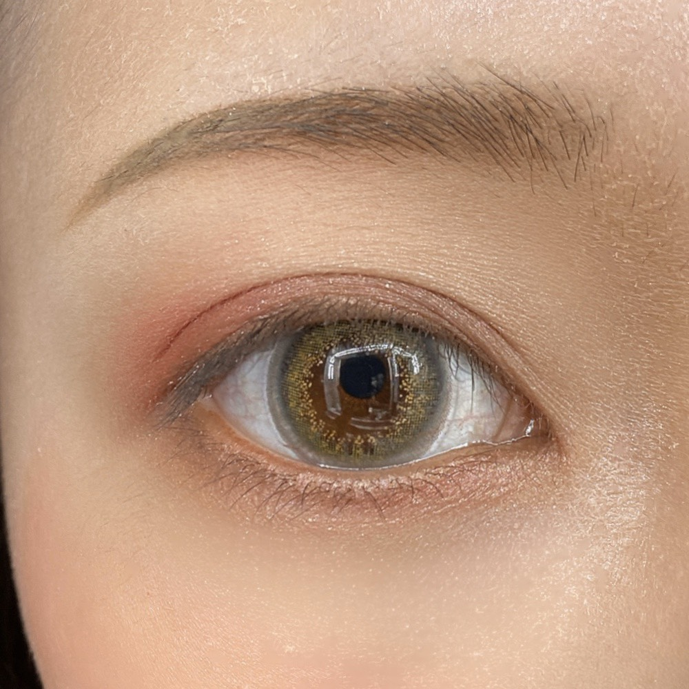 インフルエンサーのLindaさんがユーアーグラム パウダーアイシャドウを使用した際の目元の写真