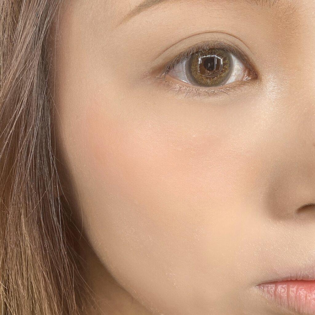 インフルエンサーのLindaさんがダイソー  WHY NOT SPINNS  クリームチークを使用した際の頬の写真