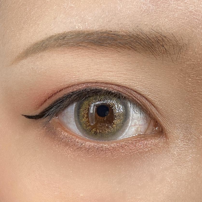 インフルエンサーのLindaさんがラブライナー リキッドを使用した際の目元の写真