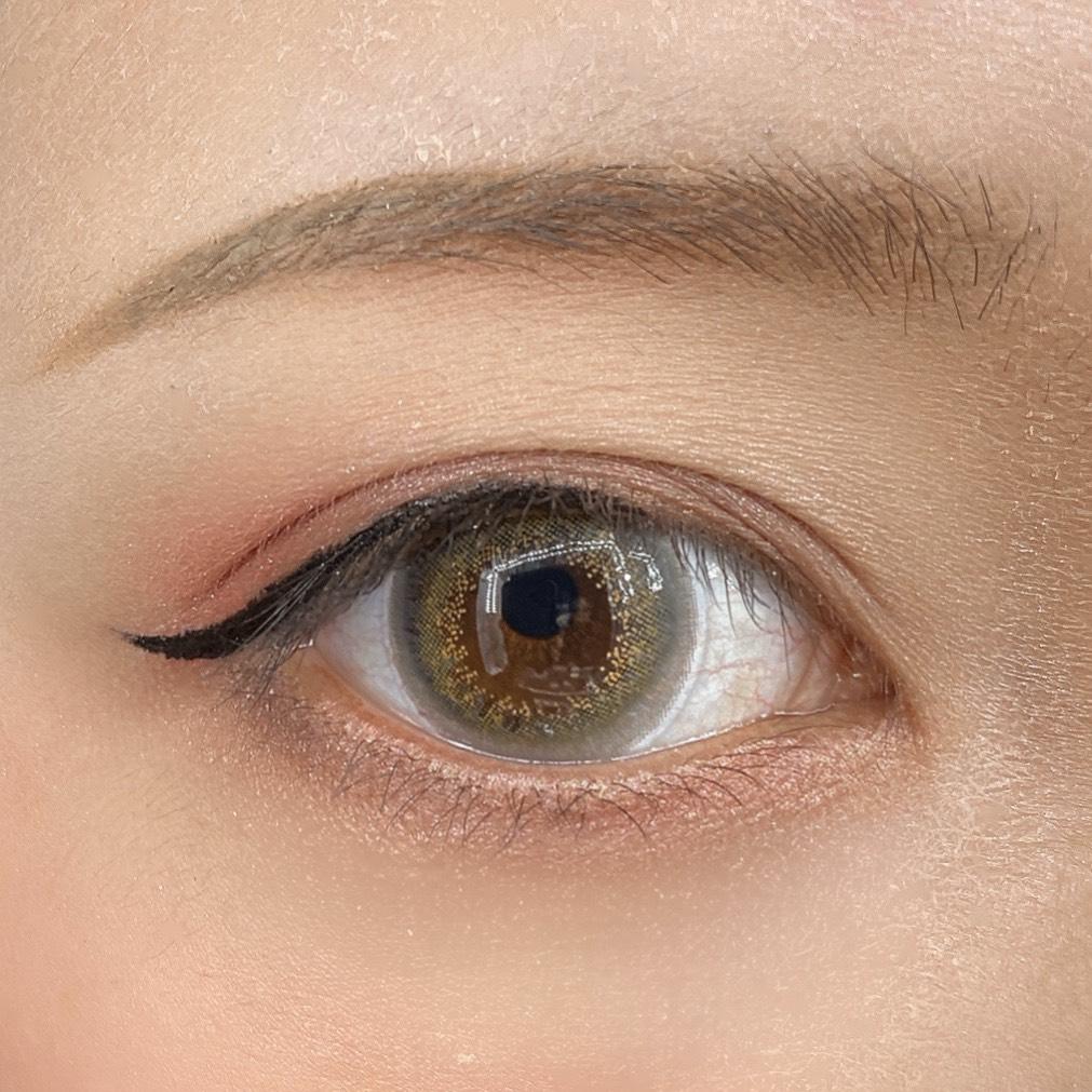 インフルエンサーのLindaさんがMIO PICCOLO  MPリキッドシャープライナーを使用した際の目元の写真
