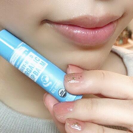 インフルエンサーのそばかすちゃんがドクターブロナー オーガニックリップバームを唇に塗った写真