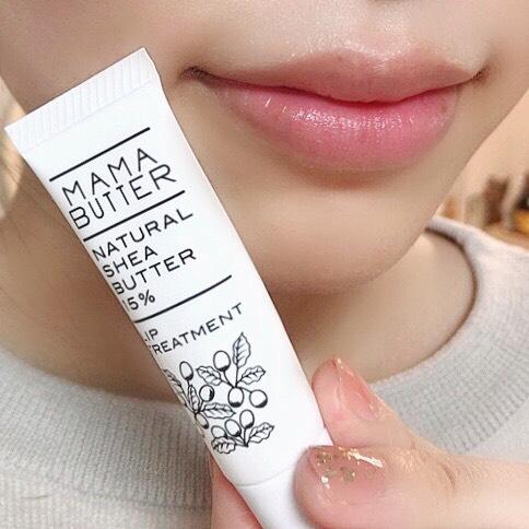 インフルエンサーのそばかすちゃんがママバター リップトリートメントを唇に塗った写真