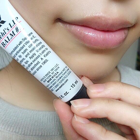 インフルエンサーのそばかすちゃんがキールズ リップバームNo.1を唇に塗った写真