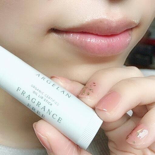 インフルエンサーのそばかすちゃんがアルジェラン オイル リップスティックを唇に塗った写真