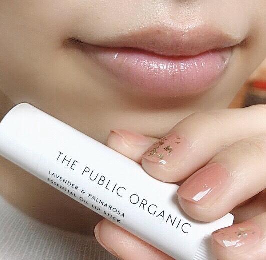 インフルエンサーのそばかすちゃんがザ パブリックオーガニック 精油リップスティックを唇に塗った写真