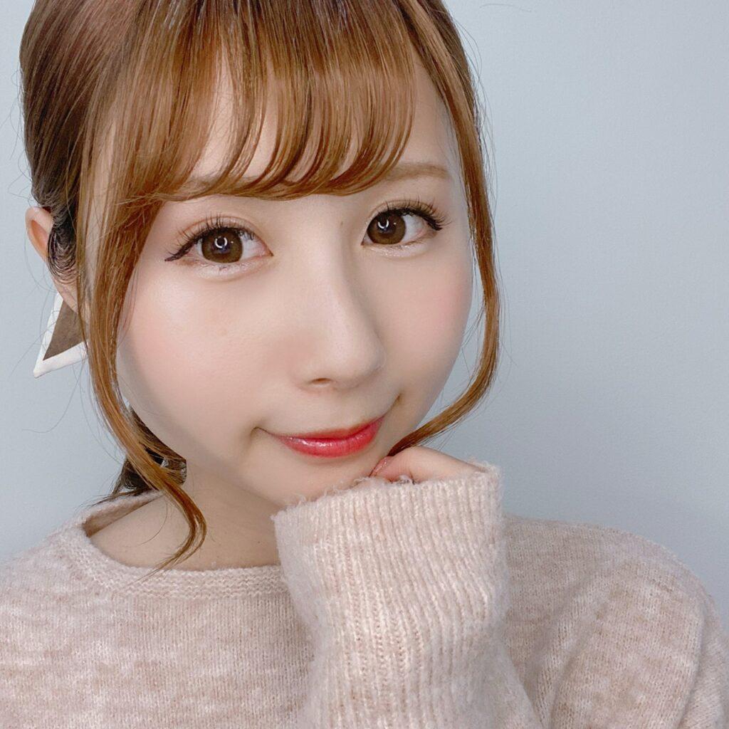 インフルエンサーのSakiさんがキス エッセンスクリームアイズを使用した際の顔写真