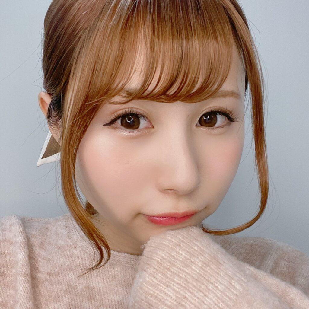 インフルエンサーのSakiさんがオピュ アイグリッターを使用した際の顔写真