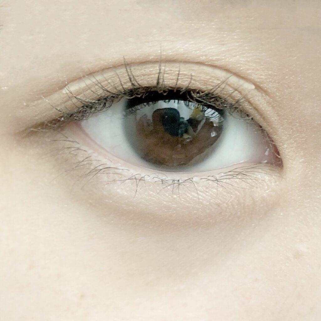 ダイソー ふたえテープ/目立たず肌になじむ絆創膏タイプとエクセル スキニーリッチシャドウを使用した際の目を開いた写真
