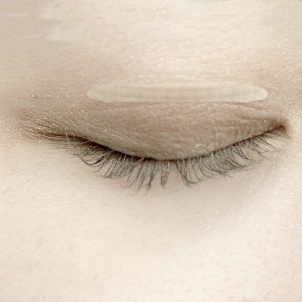 ダイソー ふたえテープ/目立たず肌になじむ絆創膏タイプとエクセル スキニーリッチシャドウを使用した際の目を閉じた写真