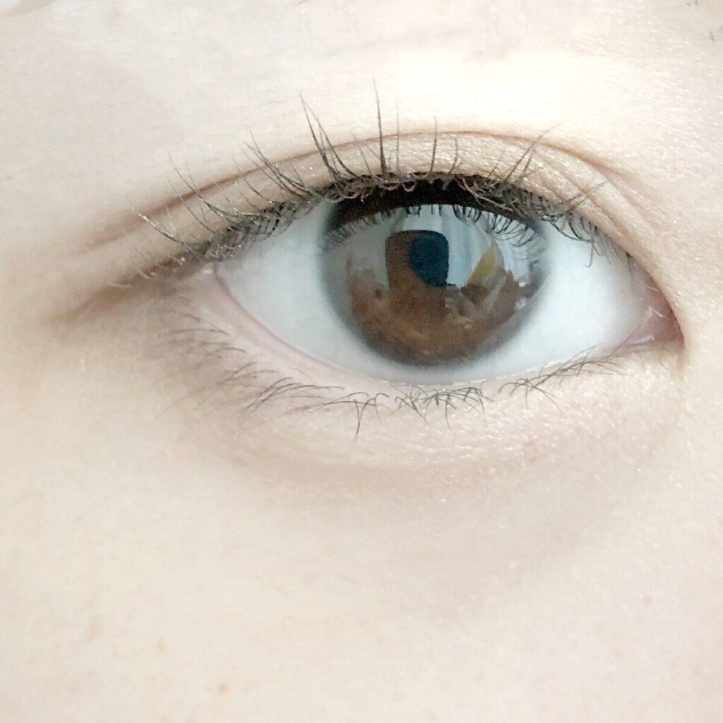 メザイク フリーファイバーとエクセル スキニーリッチシャドウを使用した際の目を開いた写真