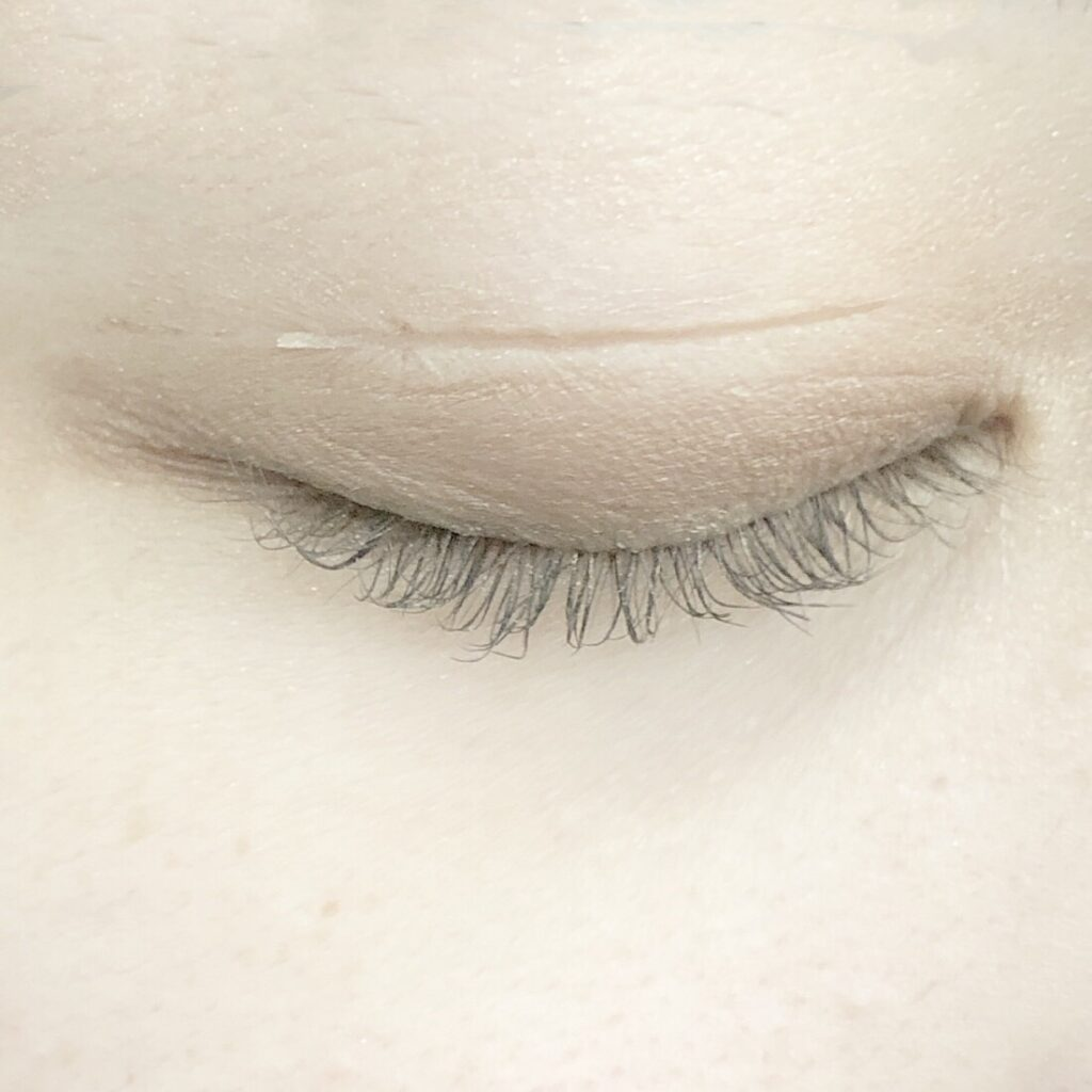 メザイク フリーファイバーとエクセル スキニーリッチシャドウを使用した際の目を閉じた写真