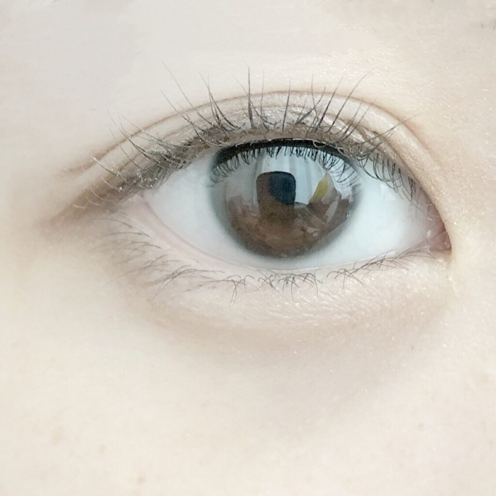 アストレア ヴィルゴ アイビューティーフィクサーWPとエクセル スキニーリッチシャドウを使用した際の目を開いた写真