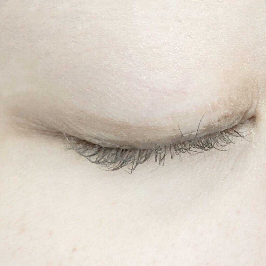 アストレア ヴィルゴ アイビューティーフィクサーWPとエクセル スキニーリッチシャドウを使用した際の目を閉じた写真
