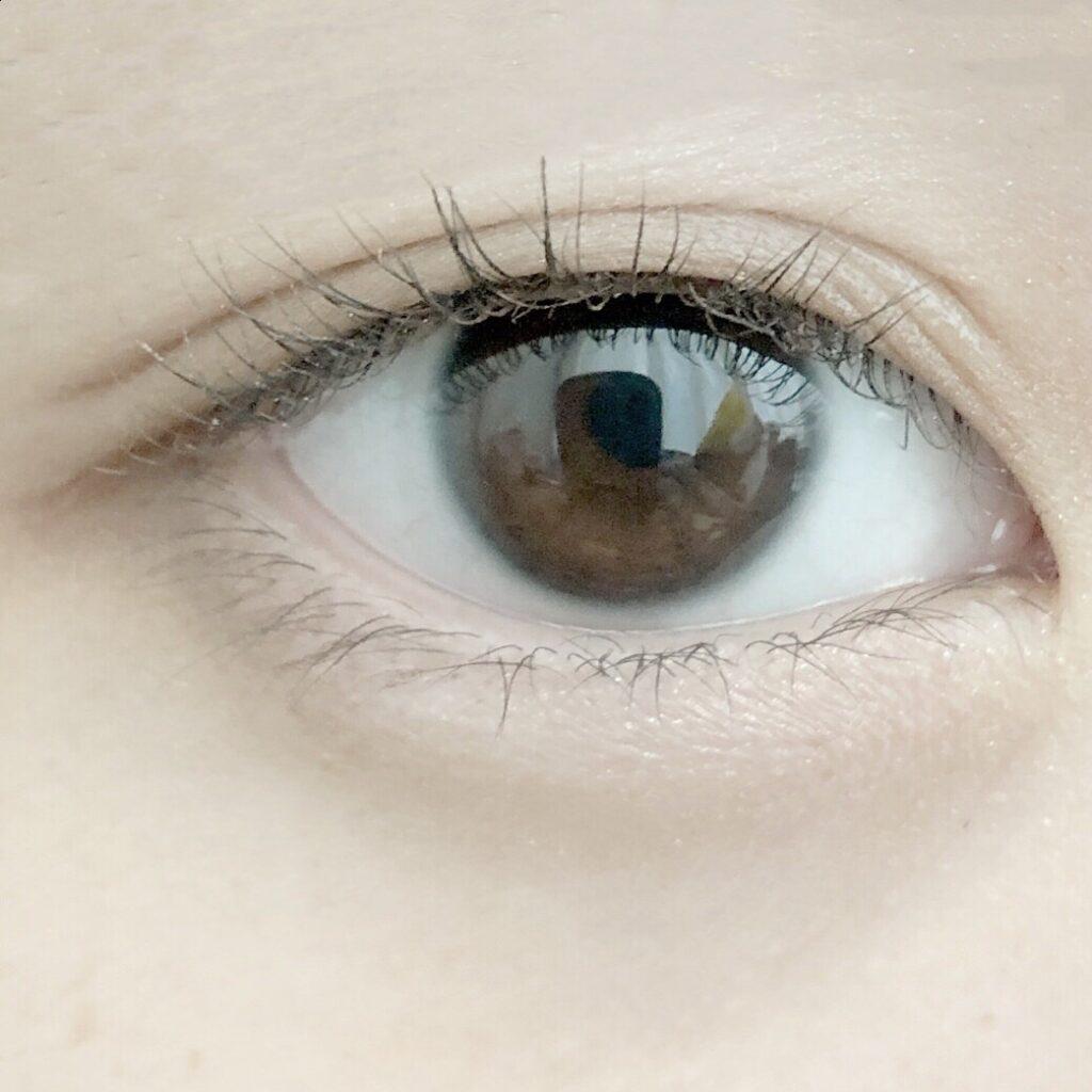 ルドゥーブルとエクセル スキニーリッチシャドウを使用した際の目を開いた写真