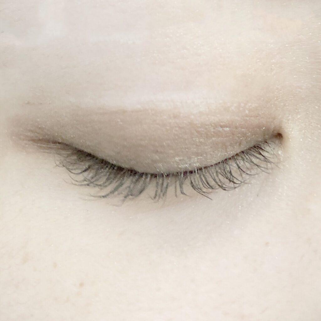 ルドゥーブルとエクセル スキニーリッチシャドウを使用した際の目を閉じた写真