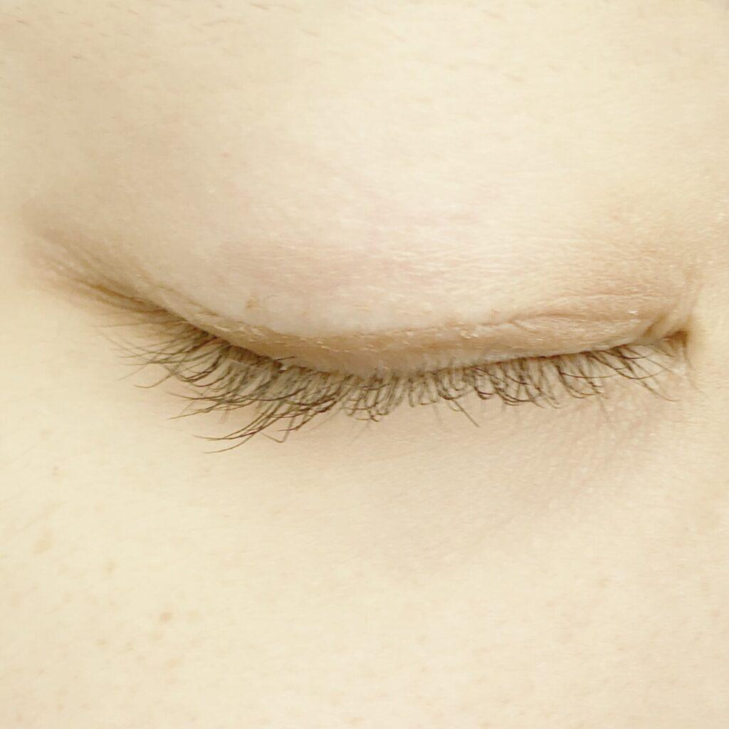 ルドゥーブルとキャンメイク ジュエルスターアイズを使用した際の目を閉じた写真