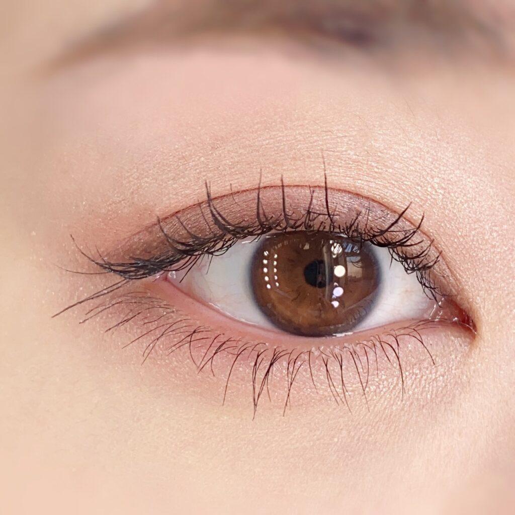 インフルエンサーのひなさんがキャンメイク ラッシュフレームマスカラを使用した際の目元(瞼を開いた状態)の写真