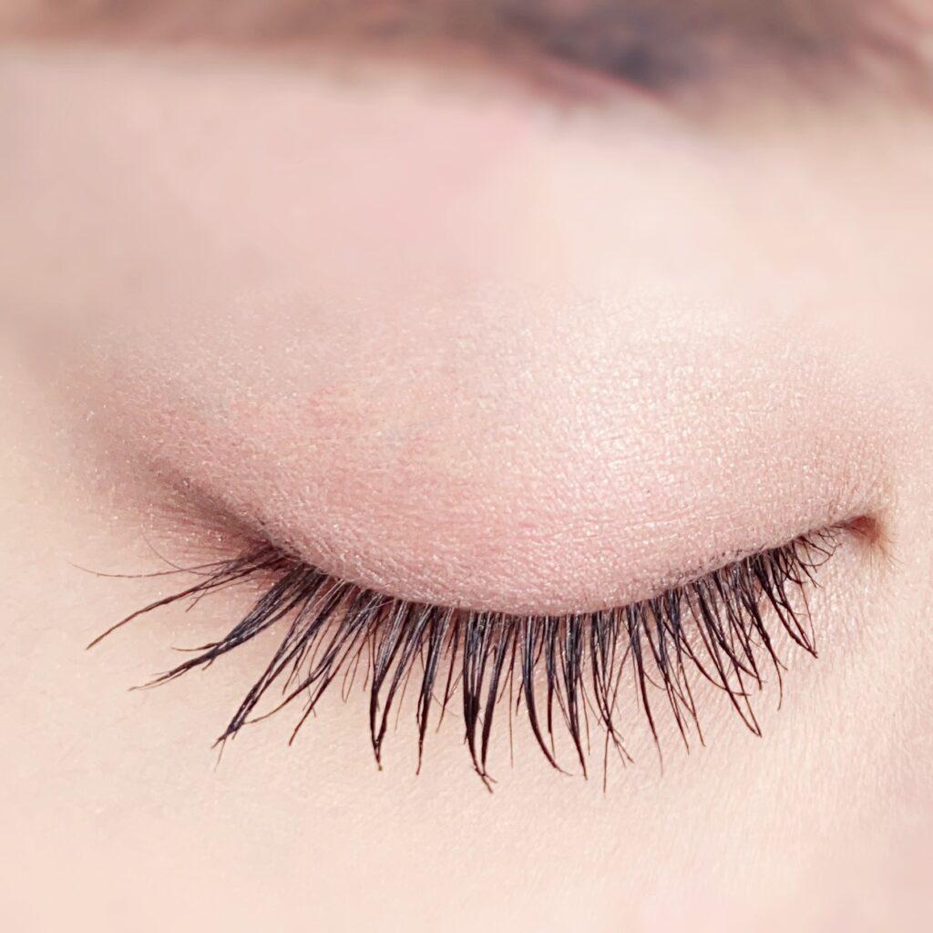 インフルエンサーのひなさんがキャンメイク ラッシュフレームマスカラを使用した際の目元(瞼を閉じた状態)の写真