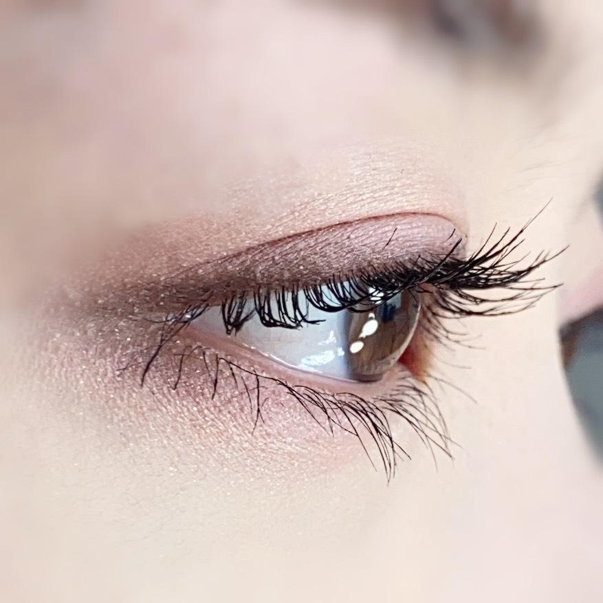 インフルエンサーのひなさんがキャンメイク ラッシュフレームマスカラを使用した際の目元を横から見た写真